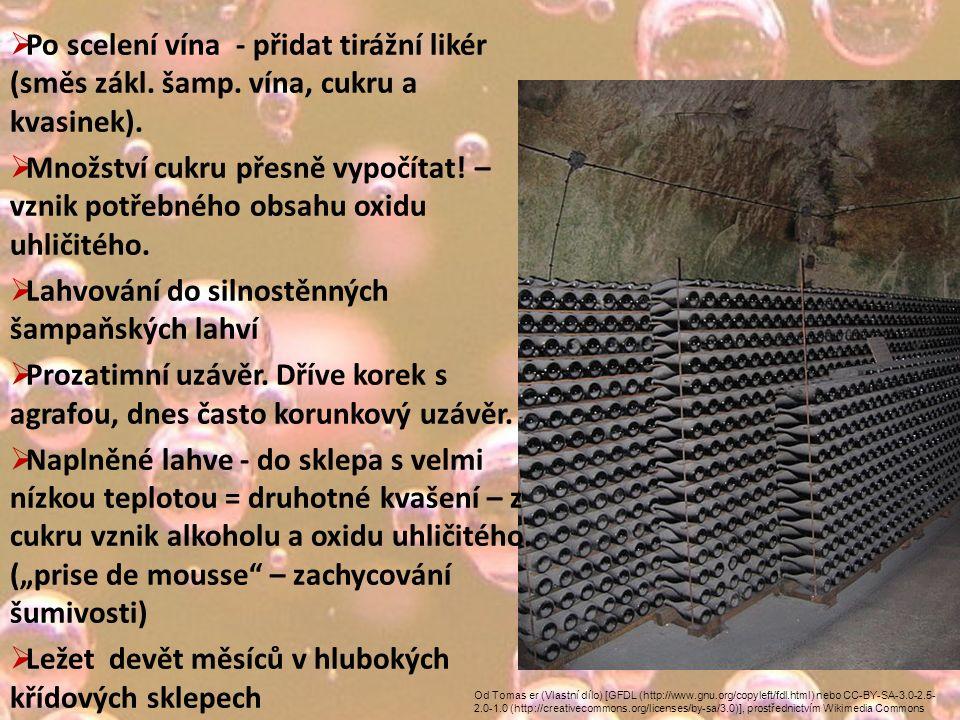 Od Tomas er (Vlastní dílo) [GFDL (http://www.gnu.org/copyleft/fdl.html) nebo CC-BY-SA-3.0-2.5- 2.0-1.0 (http://creativecommons.org/licenses/by-sa/3.0)], prostřednictvím Wikimedia Commons  Po scelení vína - přidat tirážní likér (směs zákl.