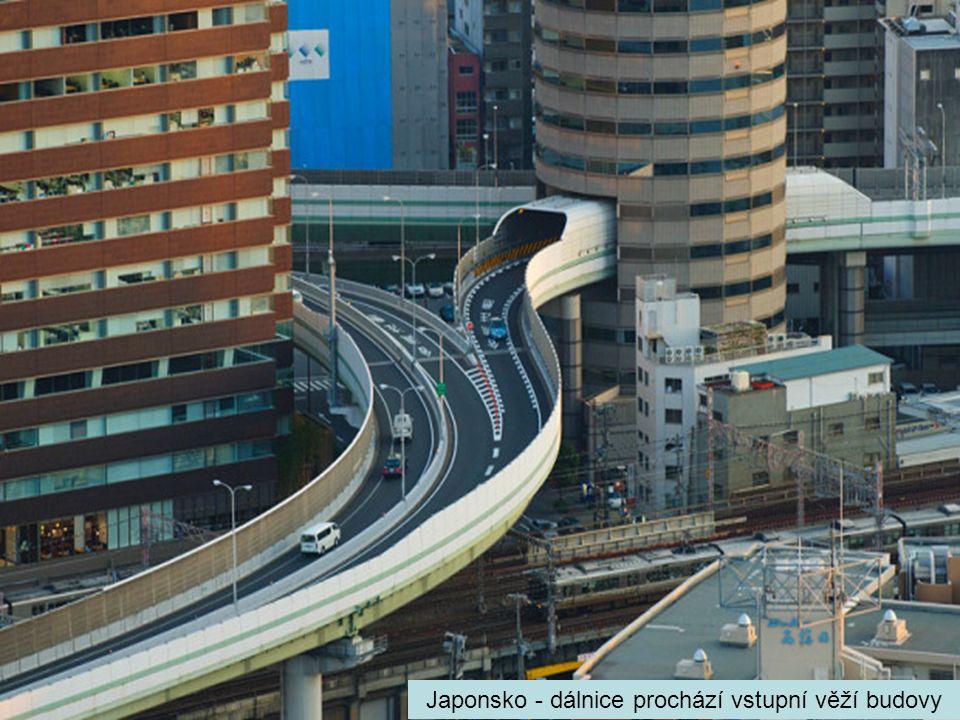 Japonsko - dálnice prochází vstupní věží budovy