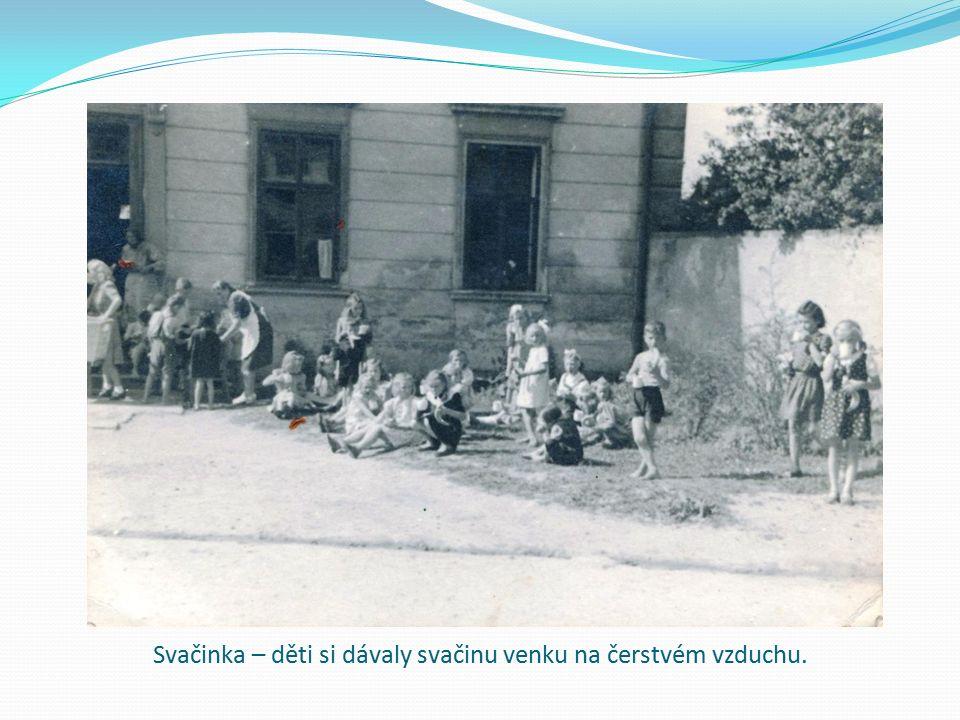Svačinka – děti si dávaly svačinu venku na čerstvém vzduchu.