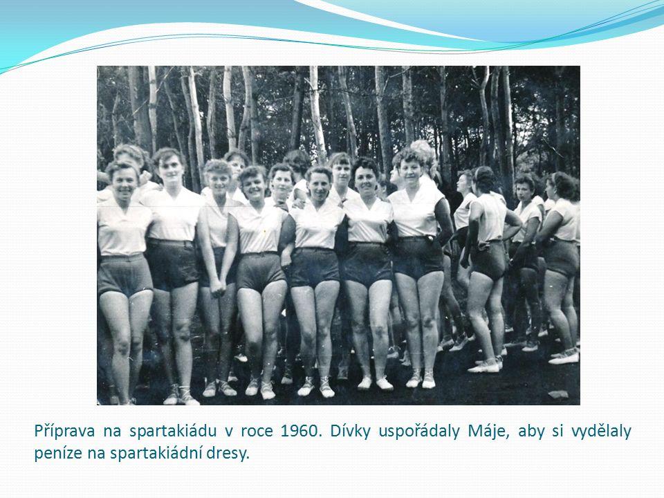 Příprava na spartakiádu v roce 1960. Dívky uspořádaly Máje, aby si vydělaly peníze na spartakiádní dresy.