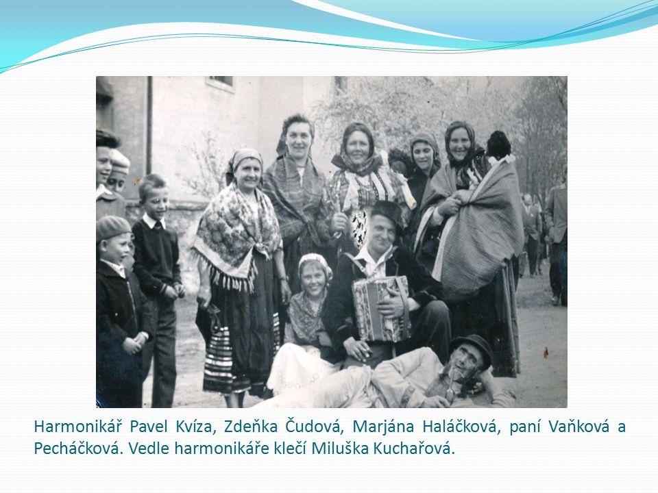 Harmonikář Pavel Kvíza, Zdeňka Čudová, Marjána Haláčková, paní Vaňková a Pecháčková. Vedle harmonikáře klečí Miluška Kuchařová.