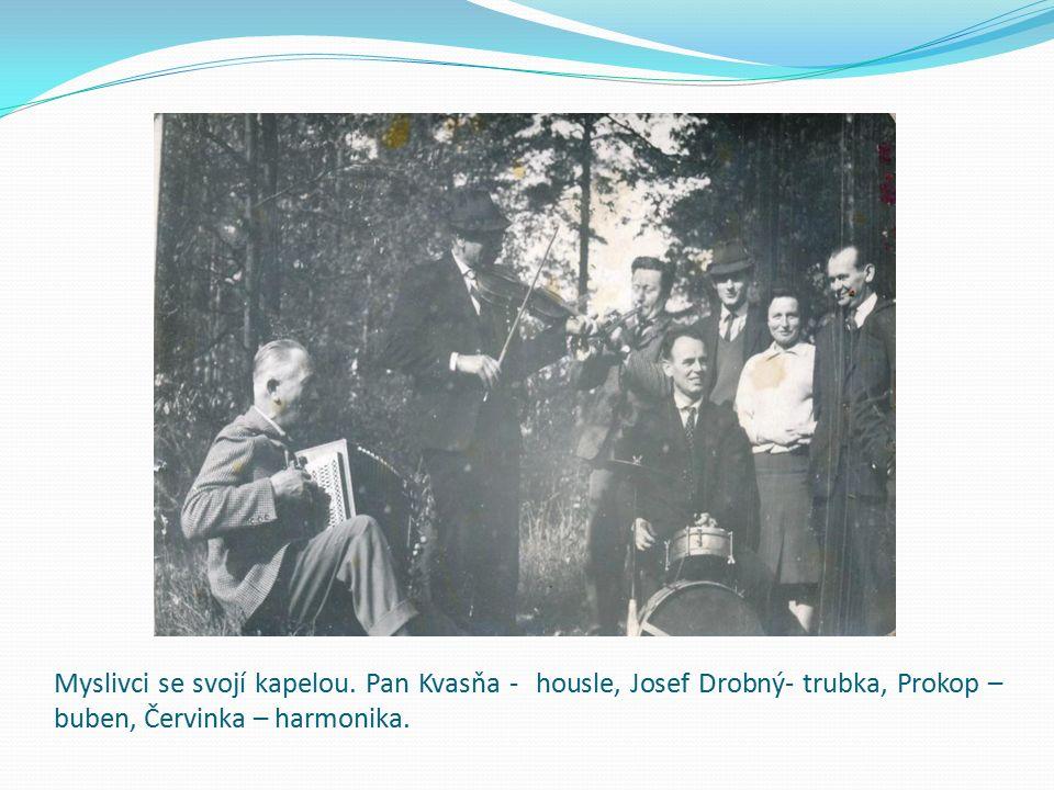 Myslivci se svojí kapelou. Pan Kvasňa - housle, Josef Drobný- trubka, Prokop – buben, Červinka – harmonika.