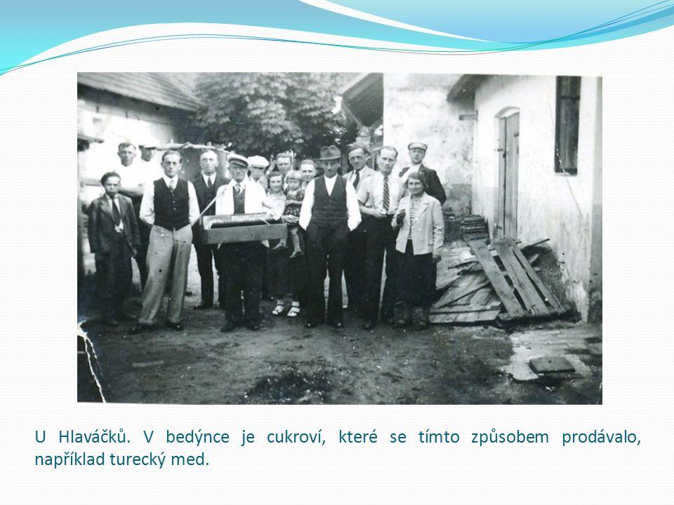 U Hlaváčků. V bedýnce je cukroví, které se tímto způsobem prodávalo, například turecký med.