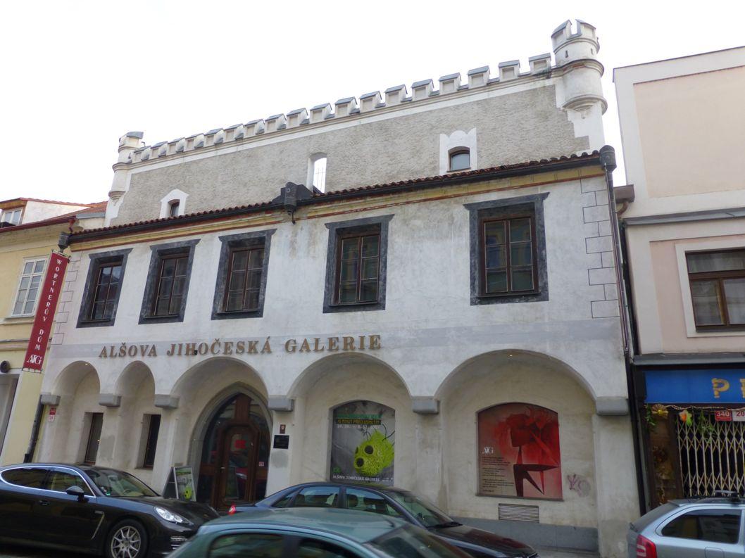 Historie domu ● Původní gotický dům byl přestavěn v 1.polovině 16.století, barokní úpravy interiéru pocházejí z pozdější doby ● Z původního židovského majitele přešel dům v následku pogromů na Židy počátkem 16.stol.