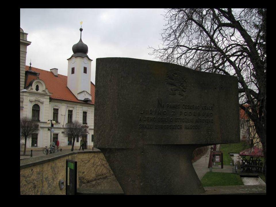 Poděbrady, náměstí Jiřího se sochou krále Jiřího z Poděbrad a zámkem.