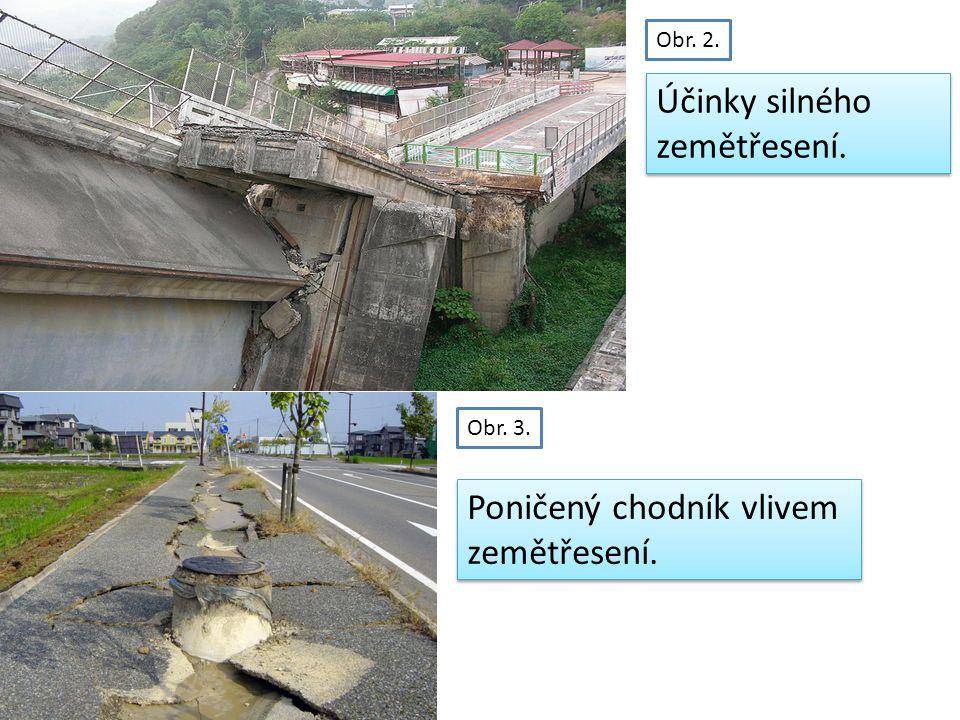 Obr. 2. Obr. 3. Poničený chodník vlivem zemětřesení.