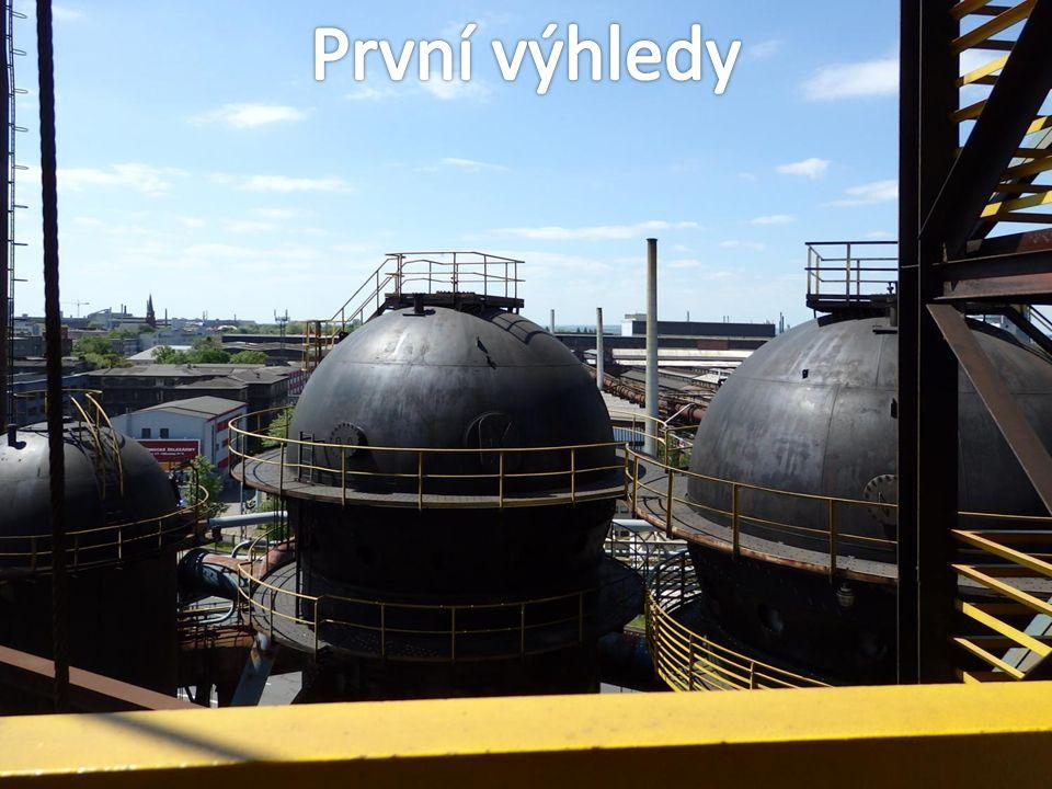 Pohled na skipový výtah, který dnes místo surovin do vysoké pece vozí návštěvníky.