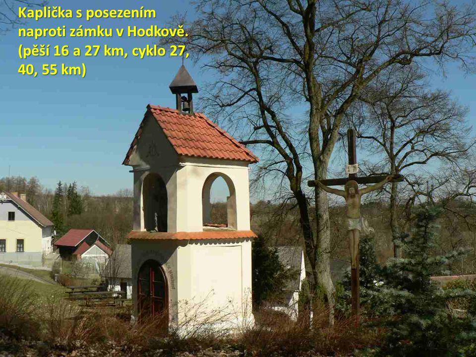 Kaplička s posezením naproti zámku v Hodkově. (pěší 16 a 27 km, cyklo 27, 40, 55 km)