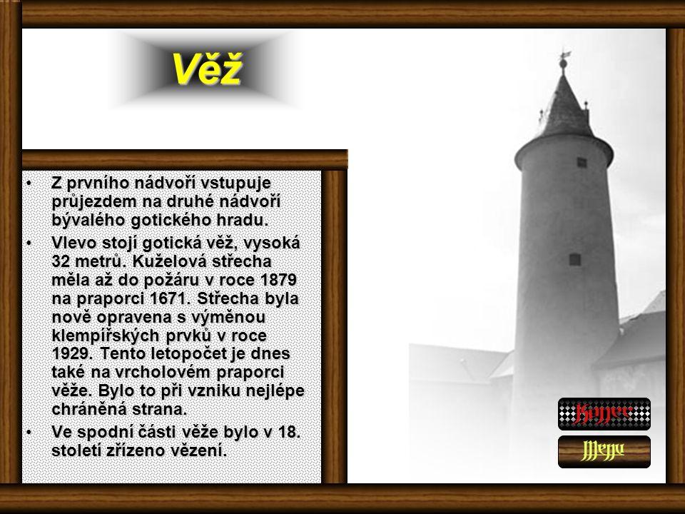 Věž Z prvního nádvoří vstupuje průjezdem na druhé nádvoří bývalého gotického hradu.Z prvního nádvoří vstupuje průjezdem na druhé nádvoří bývalého gotického hradu.