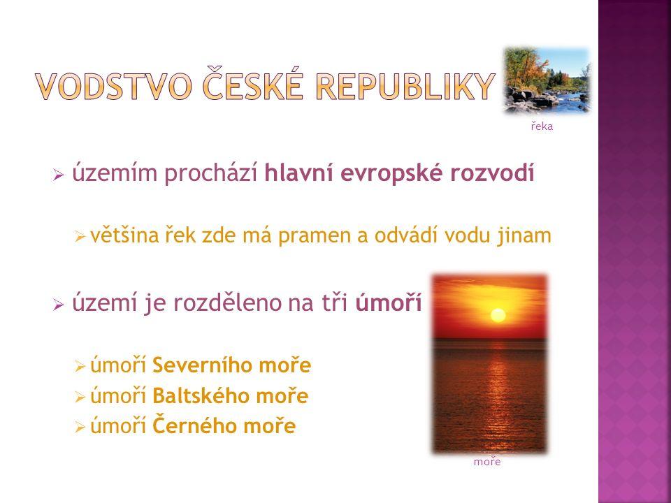  územím prochází hlavní evropské rozvodí  většina řek zde má pramen a odvádí vodu jinam  území je rozděleno na tři úmoří  úmoří Severního moře  úmoří Baltského moře  úmoří Černého moře moře řeka