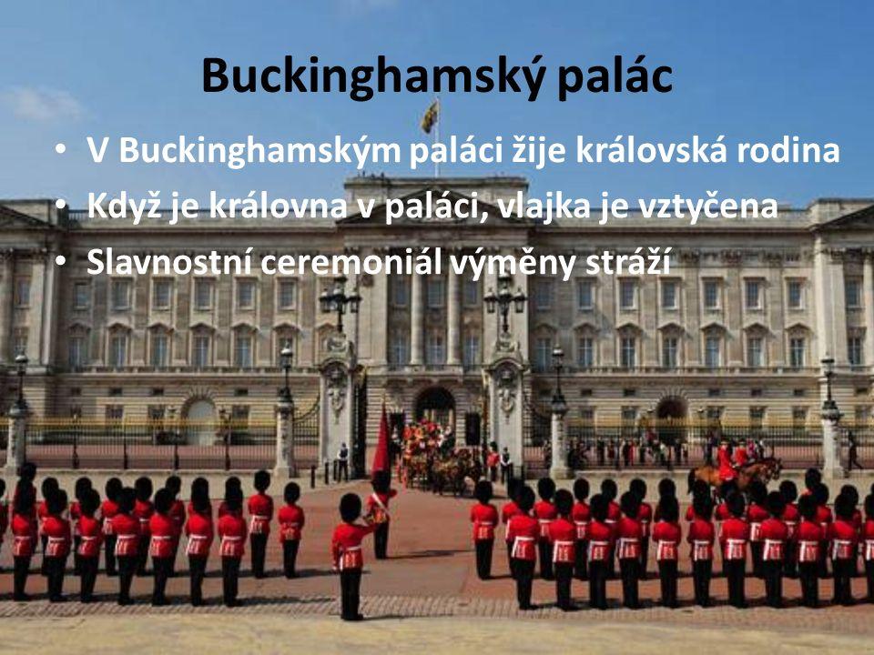 Buckinghamský palác V Buckinghamským paláci žije královská rodina Když je královna v paláci, vlajka je vztyčena Slavnostní ceremoniál výměny stráží