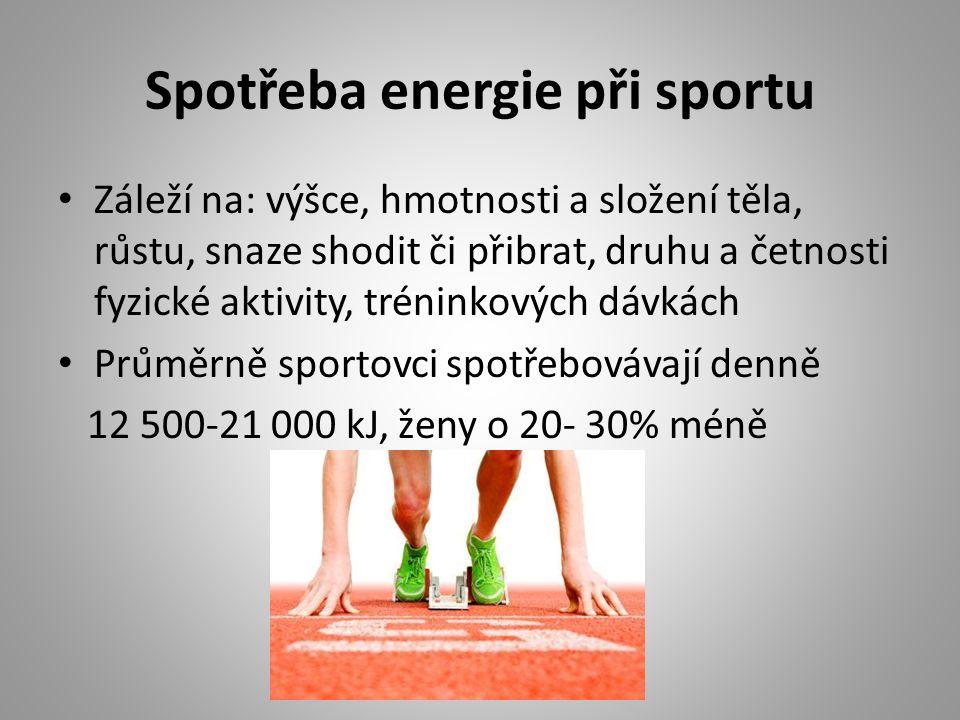 Spotřeba energie při sportu Záleží na: výšce, hmotnosti a složení těla, růstu, snaze shodit či přibrat, druhu a četnosti fyzické aktivity, tréninkových dávkách Průměrně sportovci spotřebovávají denně 12 500-21 000 kJ, ženy o 20- 30% méně