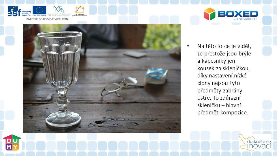 Na této fotce je vidět, že přestože jsou brýle a kapesníky jen kousek za skleničkou, díky nastavení nízké clony nejsou tyto předměty zabrány ostře. To