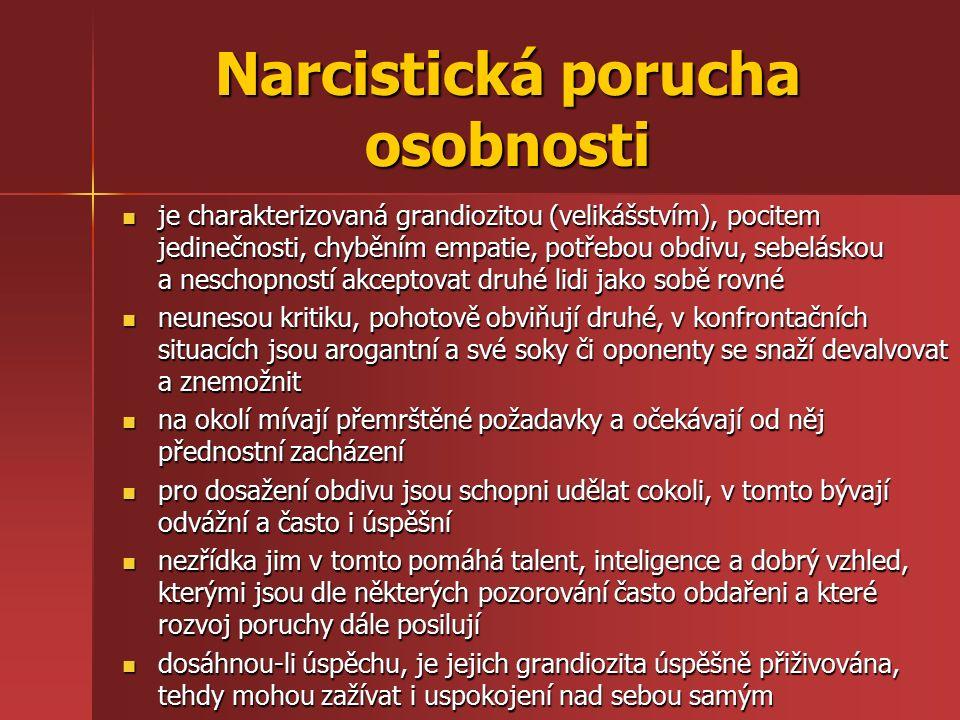 Narcistická porucha osobnosti je charakterizovaná grandiozitou (velikášstvím), pocitem jedinečnosti, chyběním empatie, potřebou obdivu, sebeláskou a n