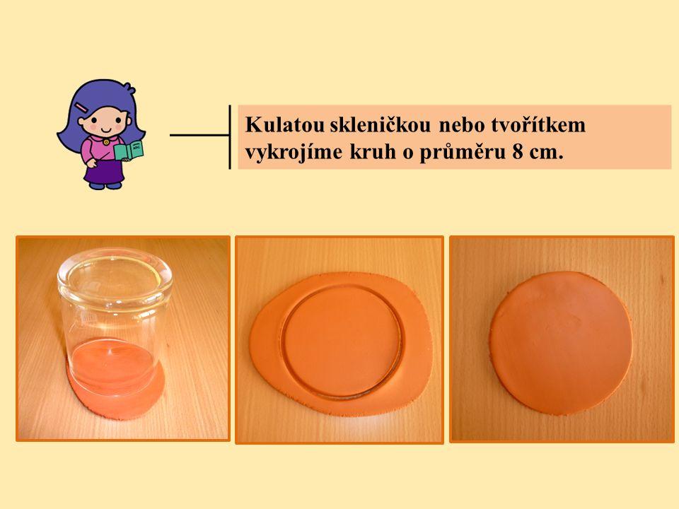 Kulatou skleničkou nebo tvořítkem vykrojíme kruh o průměru 8 cm.