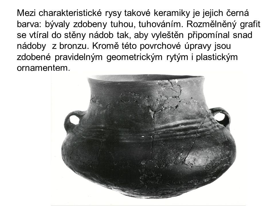 Mezi charakteristické rysy takové keramiky je jejich černá barva: bývaly zdobeny tuhou, tuhováním.