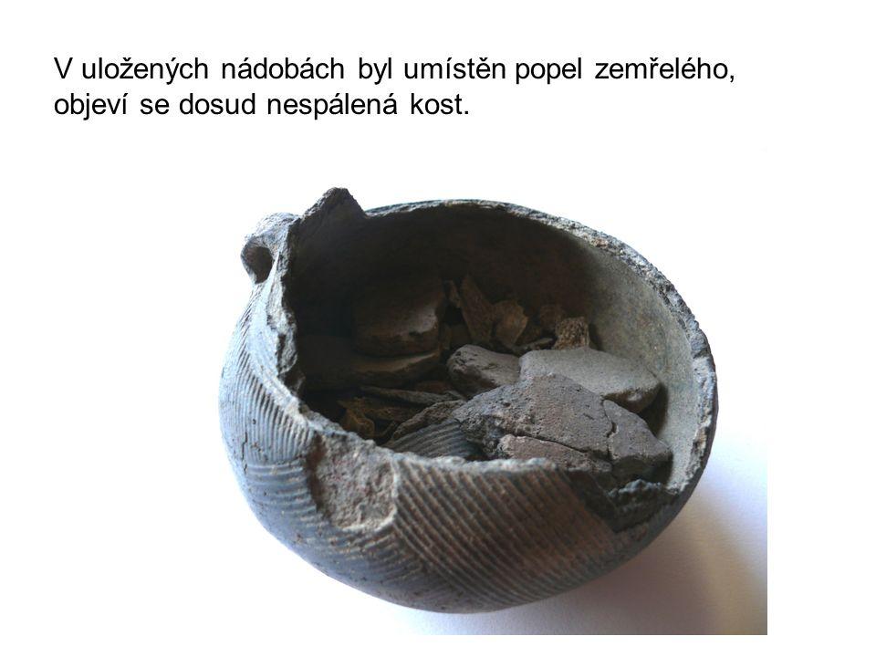 V uložených nádobách byl umístěn popel zemřelého, objeví se dosud nespálená kost.