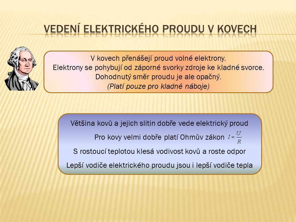 V kovech přenášejí proud volné elektrony. Elektrony se pohybují od záporné svorky zdroje ke kladné svorce. Dohodnutý směr proudu je ale opačný. (Platí