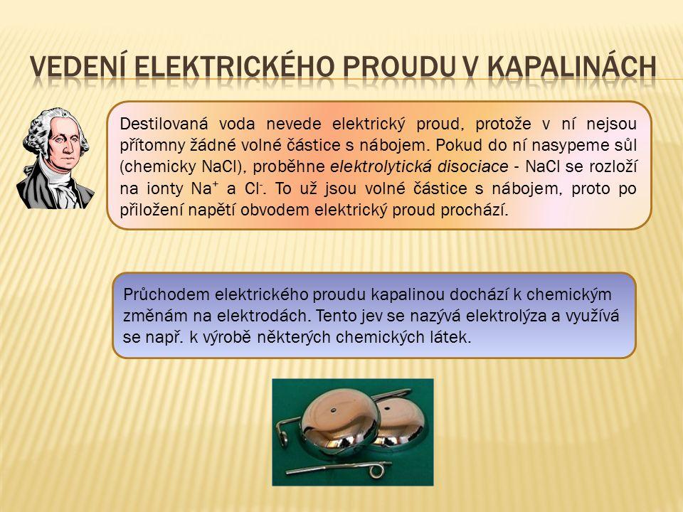 Destilovaná voda nevede elektrický proud, protože v ní nejsou přítomny žádné volné částice s nábojem. Pokud do ní nasypeme sůl (chemicky NaCl), proběh