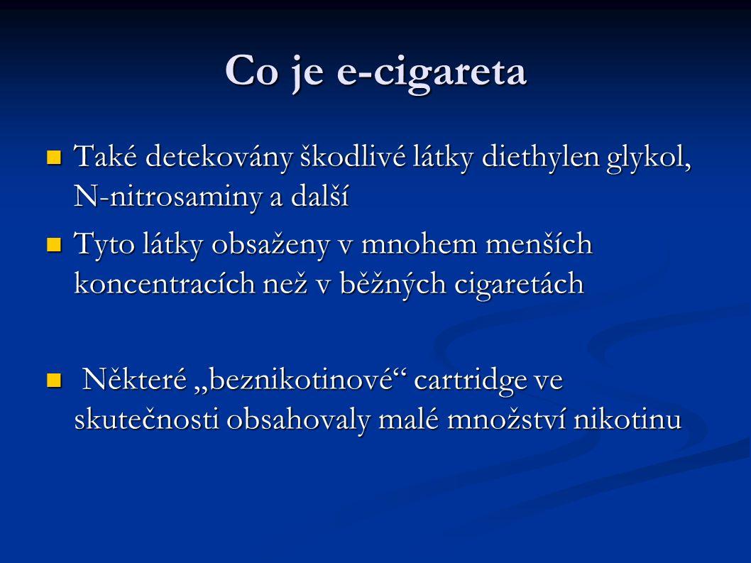 """Co je e-cigareta Také detekovány škodlivé látky diethylen glykol, N-nitrosaminy a další Také detekovány škodlivé látky diethylen glykol, N-nitrosaminy a další Tyto látky obsaženy v mnohem menších koncentracích než v běžných cigaretách Tyto látky obsaženy v mnohem menších koncentracích než v běžných cigaretách Některé """"beznikotinové cartridge ve skutečnosti obsahovaly malé množství nikotinu Některé """"beznikotinové cartridge ve skutečnosti obsahovaly malé množství nikotinu"""