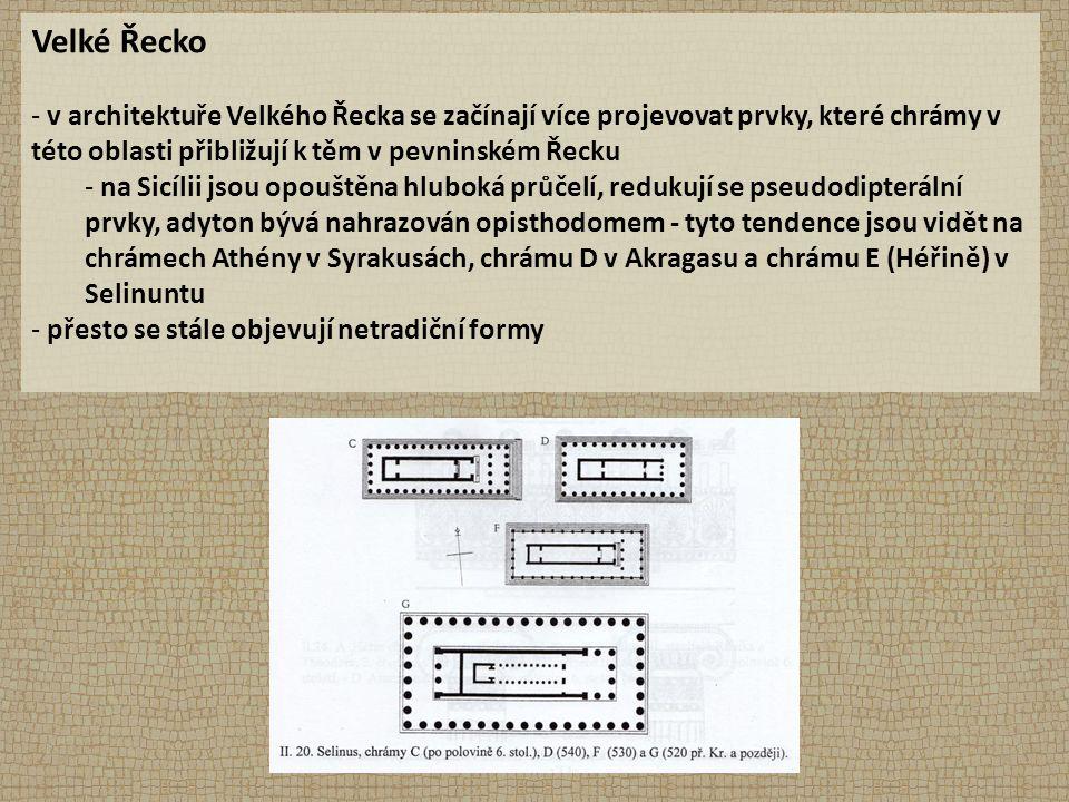 Velké Řecko - v architektuře Velkého Řecka se začínají více projevovat prvky, které chrámy v této oblasti přibližují k těm v pevninském Řecku - na Sicílii jsou opouštěna hluboká průčelí, redukují se pseudodipterální prvky, adyton bývá nahrazován opisthodomem - tyto tendence jsou vidět na chrámech Athény v Syrakusách, chrámu D v Akragasu a chrámu E (Héřině) v Selinuntu - přesto se stále objevují netradiční formy