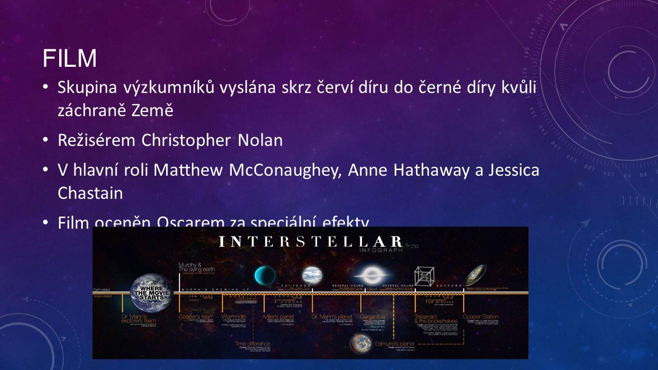 FILM Skupina výzkumníků vyslána skrz červí díru do černé díry kvůli záchraně Země Režisérem Christopher Nolan V hlavní roli Matthew McConaughey, Anne Hathaway a Jessica Chastain Film oceněn Oscarem za speciální efekty