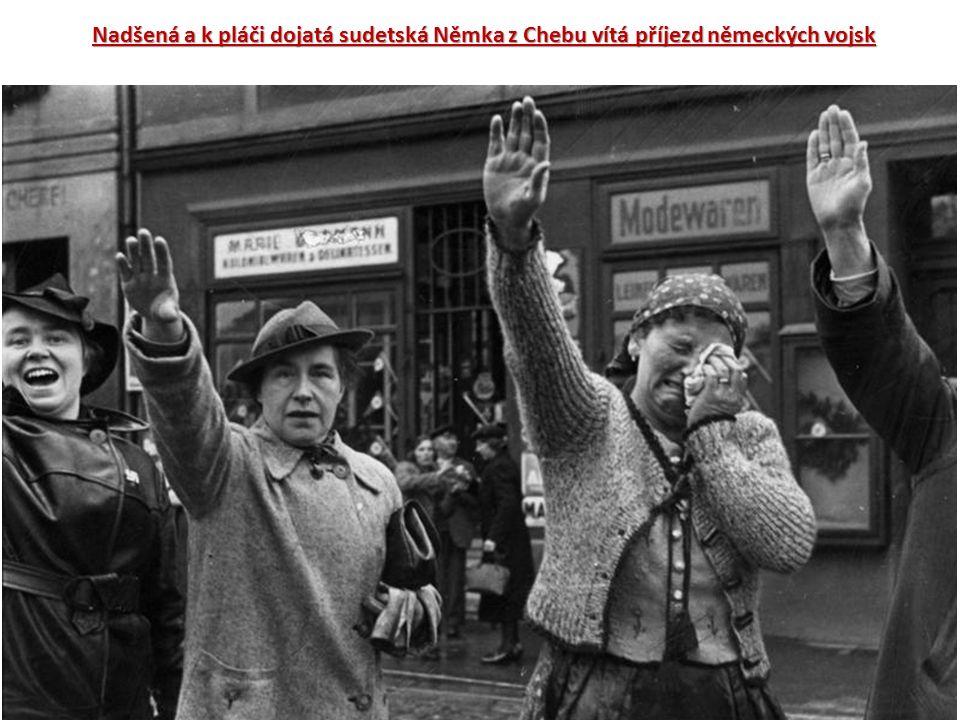 Nadšená a k pláči dojatá sudetská Němka z Chebu vítá příjezd německých vojsk