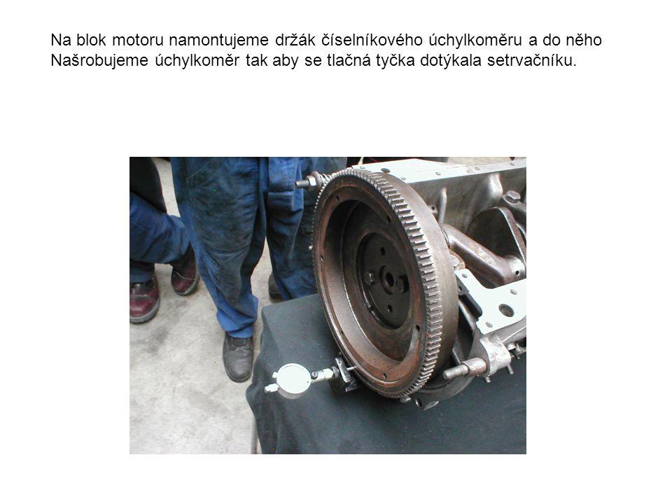 Na blok motoru namontujeme držák číselníkového úchylkoměru a do něho Našrobujeme úchylkoměr tak aby se tlačná tyčka dotýkala setrvačníku.