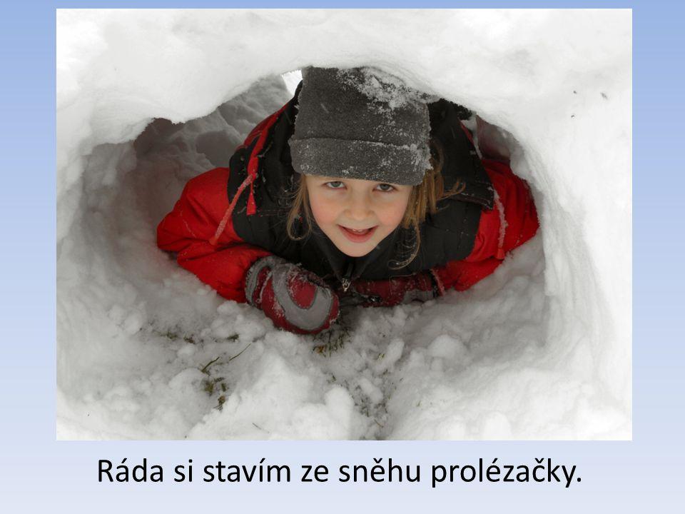 Ráda si stavím ze sněhu prolézačky.