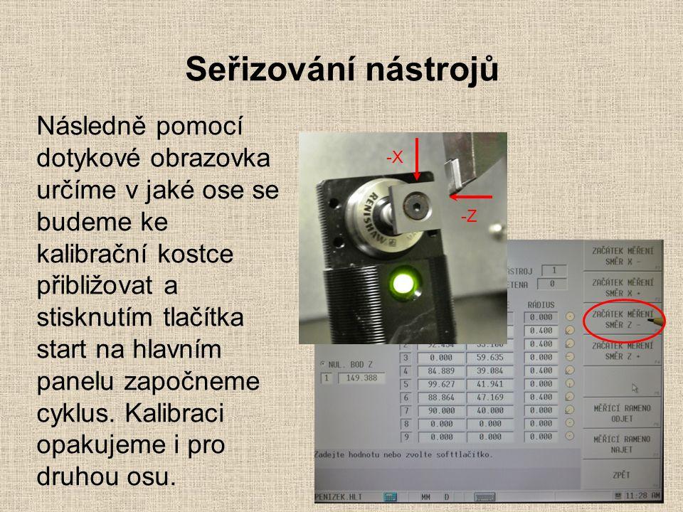 Seřizování nástrojů Následně pomocí dotykové obrazovka určíme v jaké ose se budeme ke kalibrační kostce přibližovat a stisknutím tlačítka start na hlavním panelu započneme cyklus.