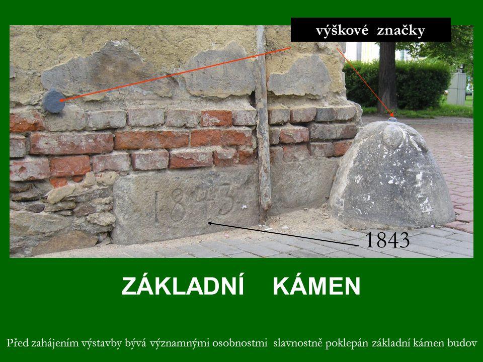 ZÁKLADNÍ KÁMEN výškové značky 1843 Před zahájením výstavby bývá významnými osobnostmi slavnostně poklepán základní kámen budov