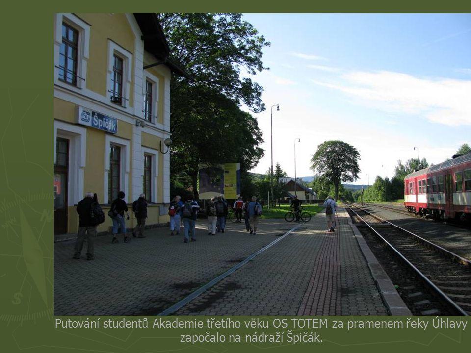 Putování studentů Akademie třetího věku OS TOTEM za pramenem řeky Úhlavy započalo na nádraží Špičák.