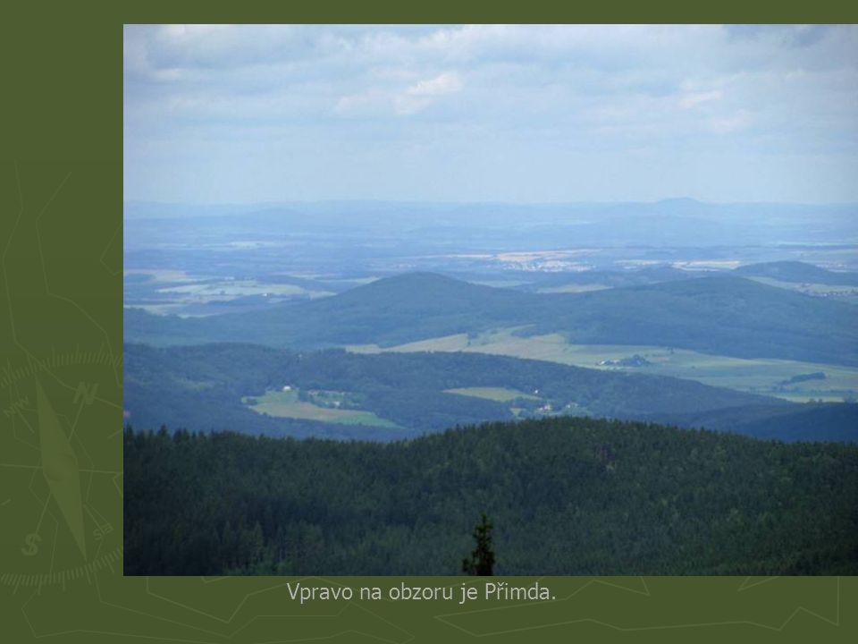 Zde vlevo na obzoru je vidět Temelín a vpravo v lese je Kašperk.