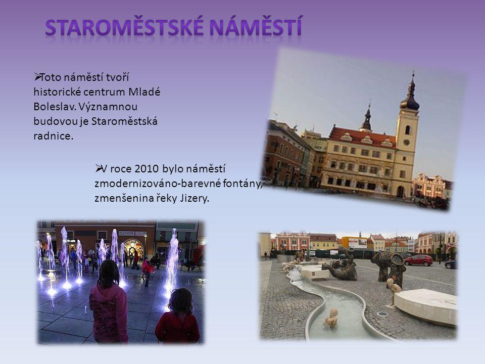  Na Komenského náměstí se nachází Nová radnice,kde sídlí magistrát města Mladé Boleslavi,2 základní školy a hlavní budova pošty.