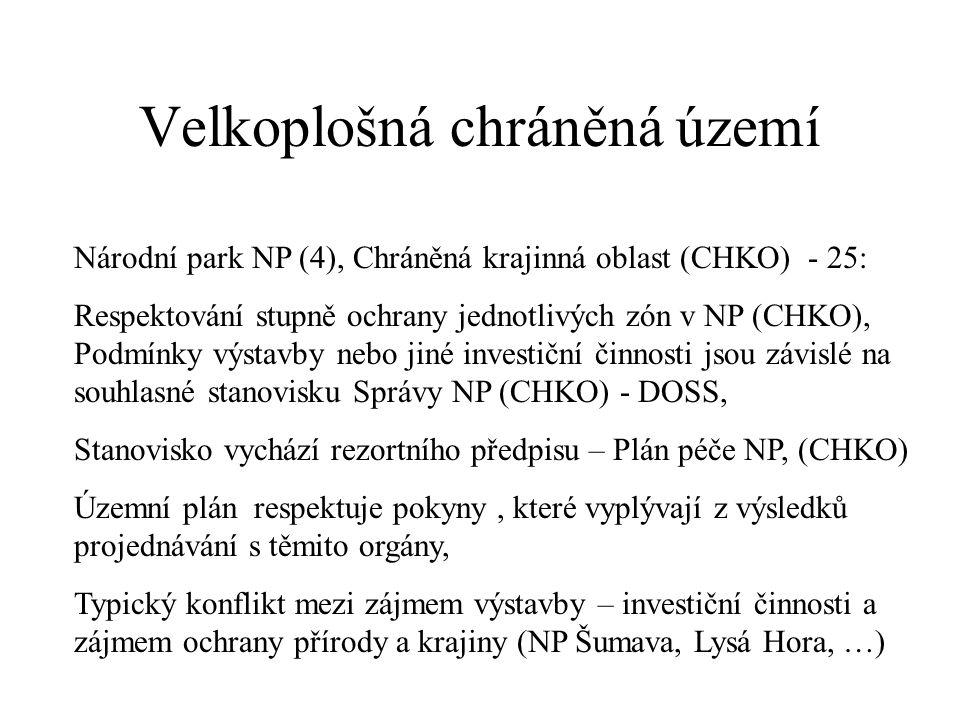 Velkoplošná chráněná území Národní park NP (4), Chráněná krajinná oblast (CHKO) - 25: Respektování stupně ochrany jednotlivých zón v NP (CHKO), Podmínky výstavby nebo jiné investiční činnosti jsou závislé na souhlasné stanovisku Správy NP (CHKO) - DOSS, Stanovisko vychází rezortního předpisu – Plán péče NP, (CHKO) Územní plán respektuje pokyny, které vyplývají z výsledků projednávání s těmito orgány, Typický konflikt mezi zájmem výstavby – investiční činnosti a zájmem ochrany přírody a krajiny (NP Šumava, Lysá Hora, …)