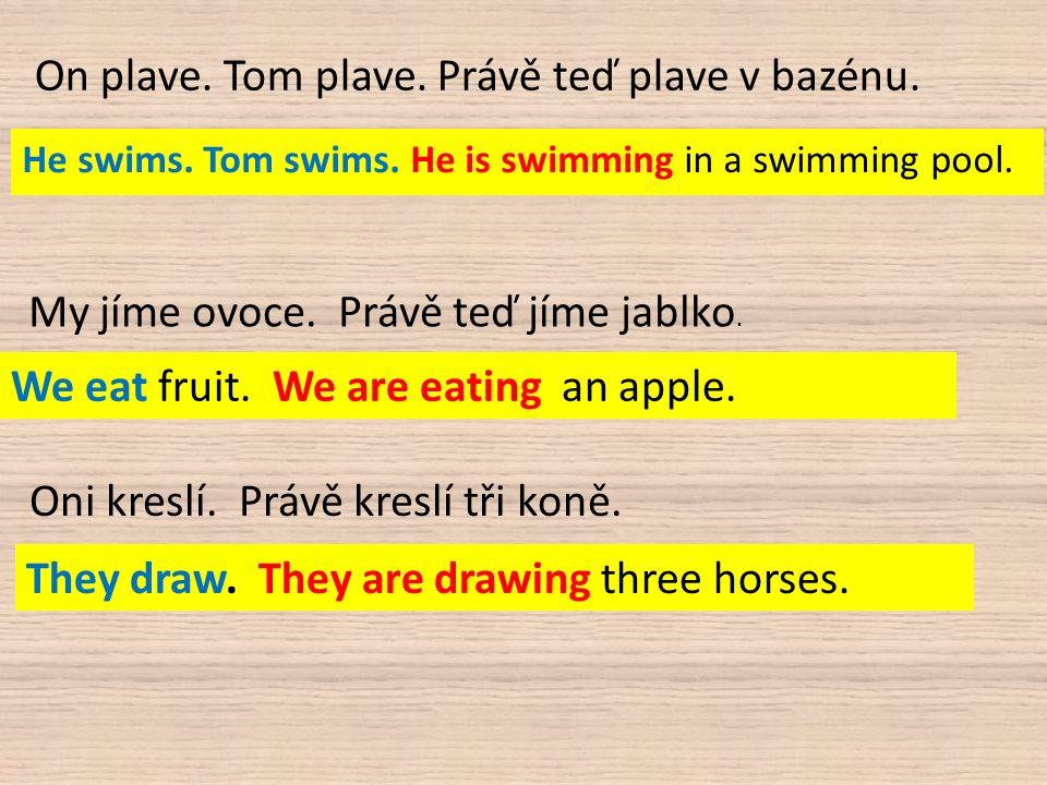 On plave. Tom plave. Právě teď plave v bazénu. He swims.