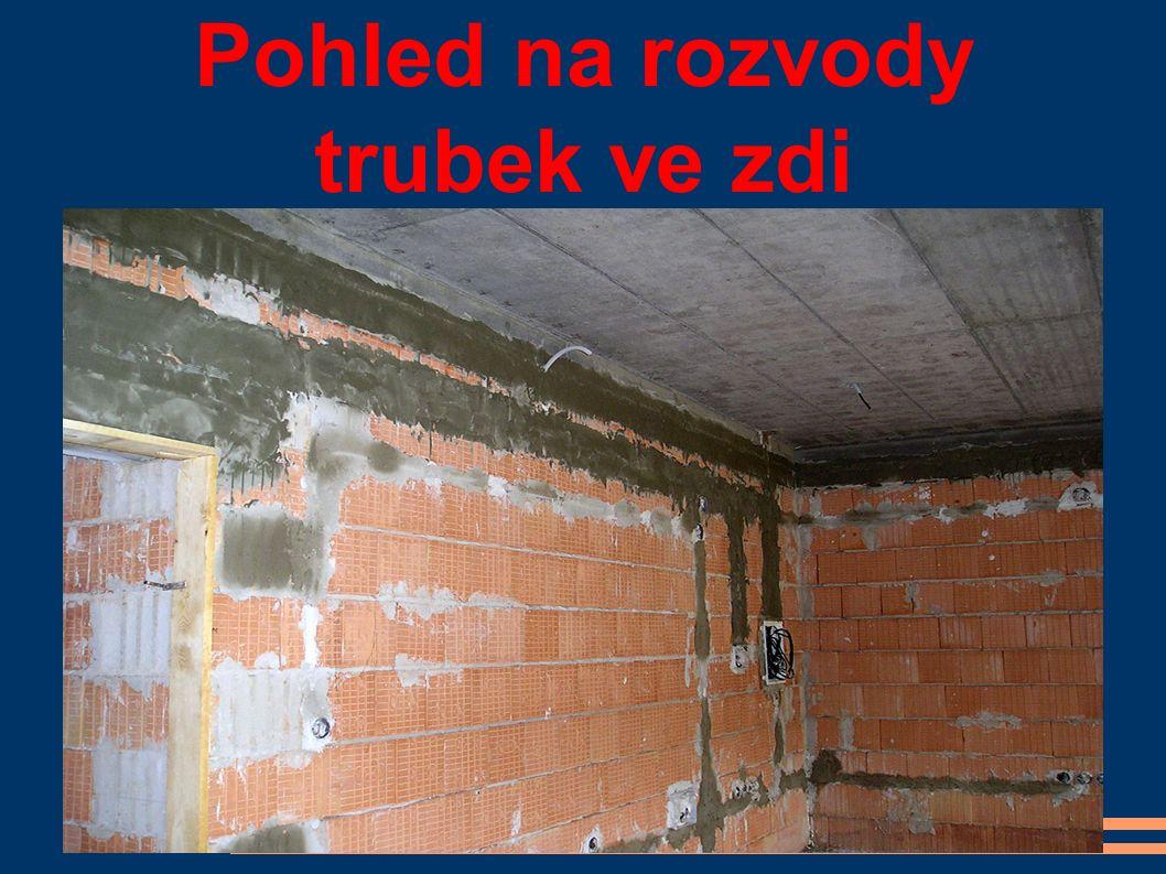 Pohled na rozvody trubek ve zdi