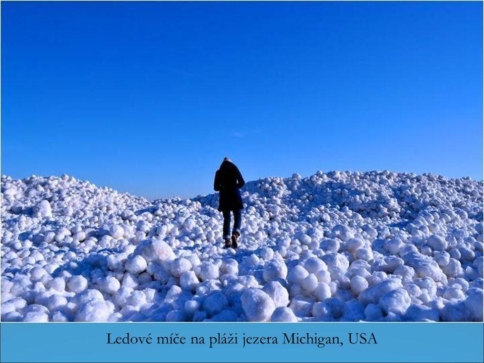 Podle švédské meteorologické agentury SMHI, se stává velmi zřídka, že měkký sníh nahromaděné koule znovu a znovu stěhuje větrem podél pláže.