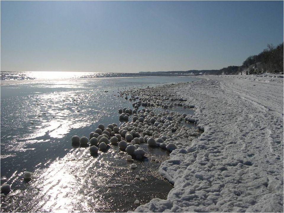 Stovky a tisíce koulí sněhu a ledu o velikosti fot- balového míče tvoří podél pobřeží nádherné show. Aby se tak stalo, musí mít voda teplotu 0°C. Jev