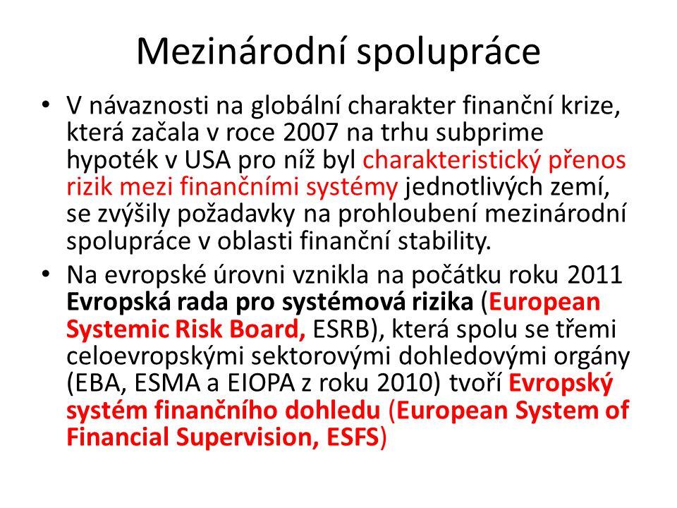 Mezinárodní spolupráce V návaznosti na globální charakter finanční krize, která začala v roce 2007 na trhu subprime hypoték v USA pro níž byl charakteristický přenos rizik mezi finančními systémy jednotlivých zemí, se zvýšily požadavky na prohloubení mezinárodní spolupráce v oblasti finanční stability.
