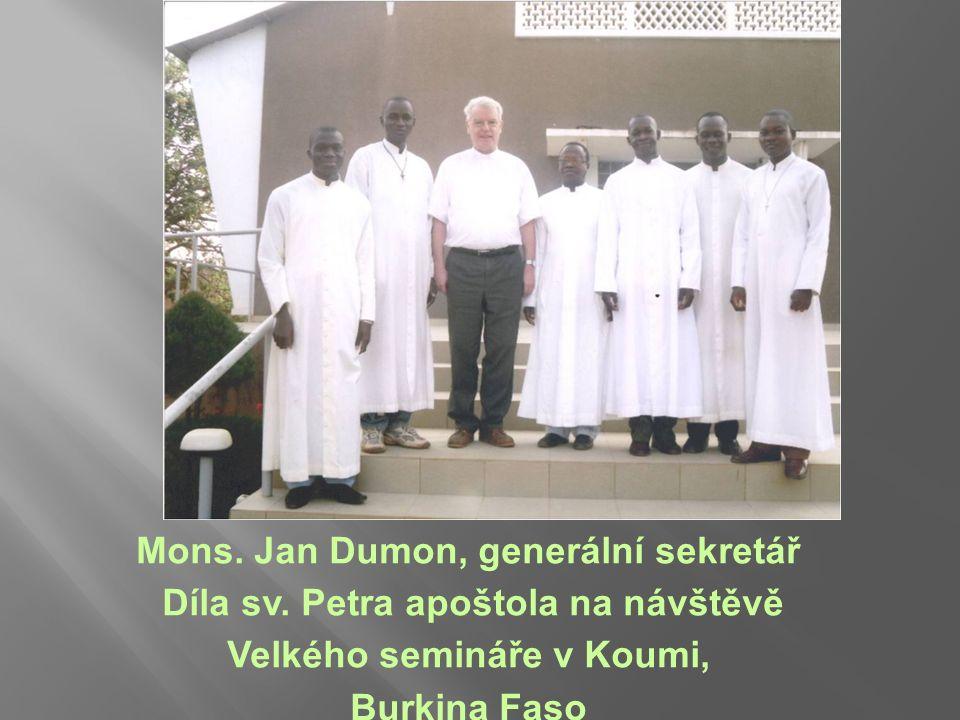 Mons. Jan Dumon, generální sekretář Díla sv. Petra apoštola na návštěvě Velkého semináře v Koumi, Burkina Faso
