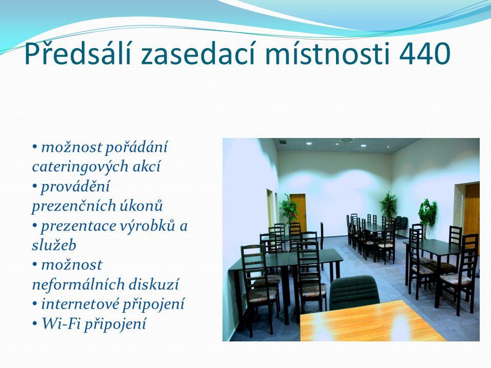 Předsálí zasedací místnosti 440 možnost pořádání cateringových akcí provádění prezenčních úkonů prezentace výrobků a služeb možnost neformálních diskuzí internetové připojení Wi-Fi připojení