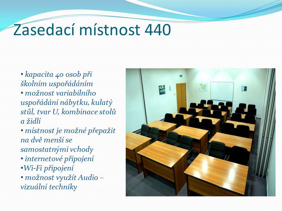 Zasedací místnost 440 kapacita 40 osob při školním uspořádáním možnost variabilního uspořádání nábytku, kulatý stůl, tvar U, kombinace stolů a židlí místnost je možné přepažit na dvě menší se samostatnými vchody internetové připojení Wi-Fi připojení možnost využít Audio – vizuální techniky