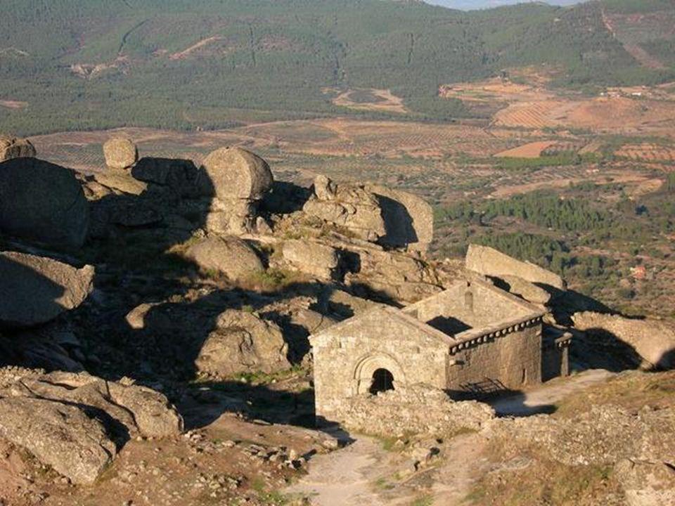 Vedle hradu jsou zříceniny románské kaple, spolu vytvářejí neodbytně krásnou atmosféru.