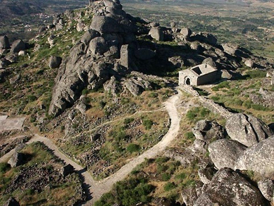 Těžký výstup na hrad je kompenzován jedním z nejpozoruhodnějších výhled ů v regionu.