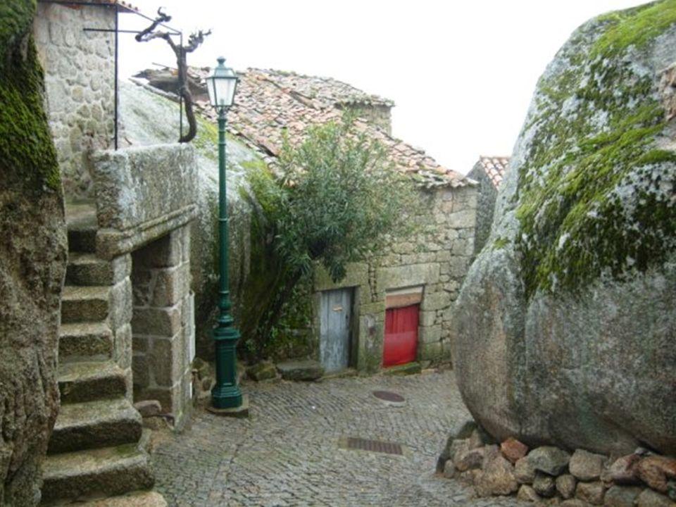 Shluk domů postavených do kopce, s použitím žulových balvanů na stěny a v některých případech z jednoho bloku kamene.
