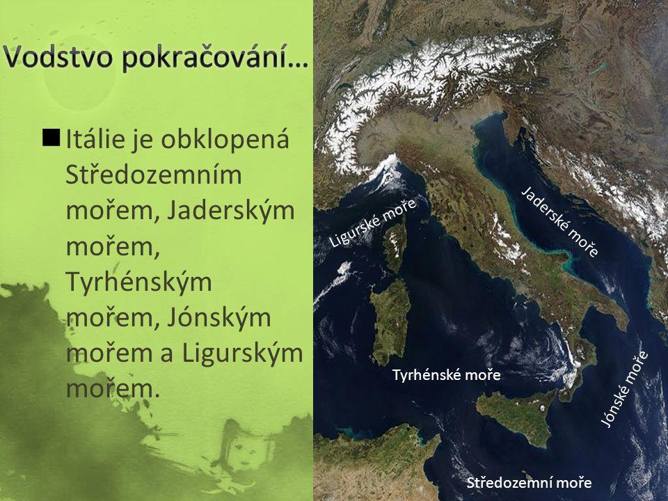 Itálie je obklopená Středozemním mořem, Jaderským mořem, Tyrhénským mořem, Jónským mořem a Ligurským mořem.