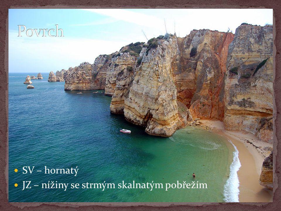 SV – hornatý JZ – nížiny se strmým skalnatým pobřežím