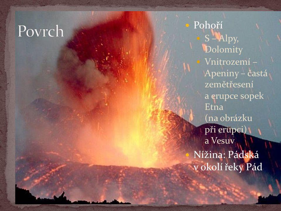 Pohoří S – Alpy, Dolomity Vnitrozemí – Apeniny – častá zemětřesení a erupce sopek Etna (na obrázku při erupci) a Vesuv Nížina: Pádská v okolí řeky Pád
