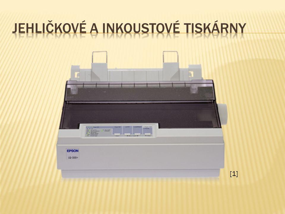  K tisku používají tiskovou hlavu, která se pohybuje ze strany na stranu po listu papíru a přes barvící pásku naplněnou inkoustem se otisknou jehličky na papír.